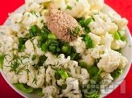 Рецепта Салата от суров карфиол с риба тон, пресен зелен лук и дресинг от олио и оцет